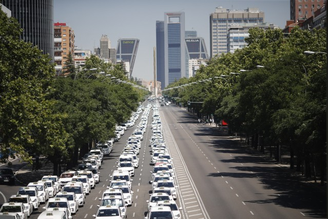 Taxistas concéntranse no Paseo da Castelá de Madrid fronte ao Minister